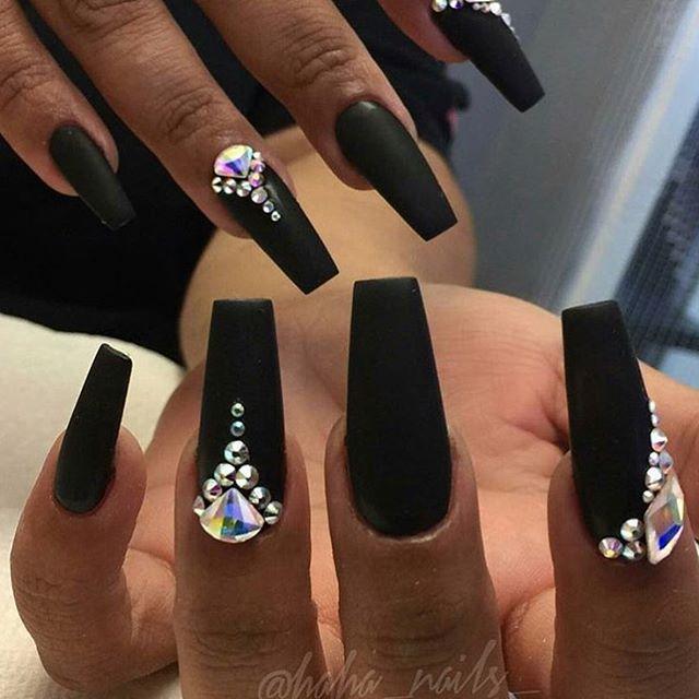 Matt Svarta Naglar Med Stenar Pa Nagra Black Acrylic Nails Diamond Nails Gem Nails