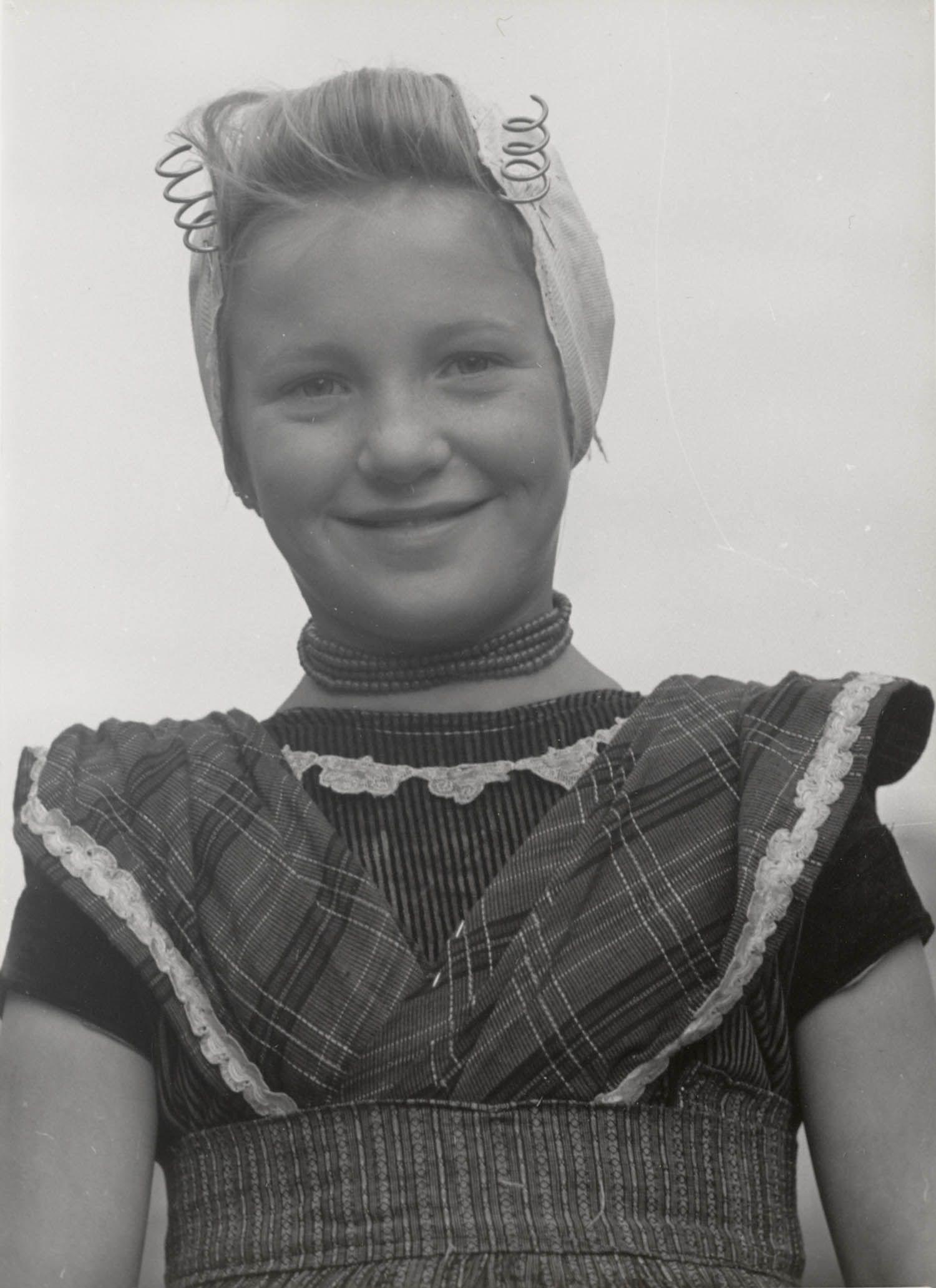 Klazina van Belzen in Arnemuider streekdracht. Klazina is gekleed in de daagse dracht. 1950 #Zeeland #Arnemuiden