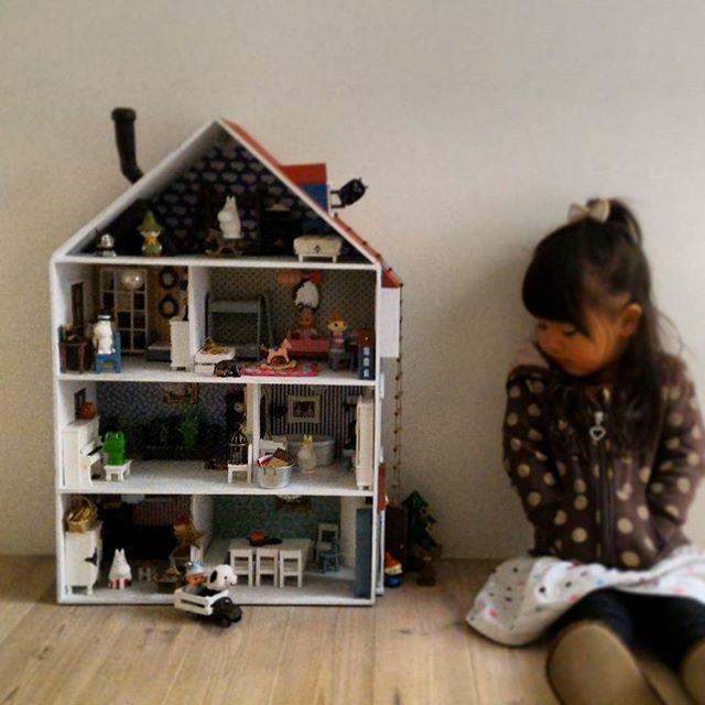 ムーミンハウスと娘 普段はもっとおもちゃまみれの場所に置いて