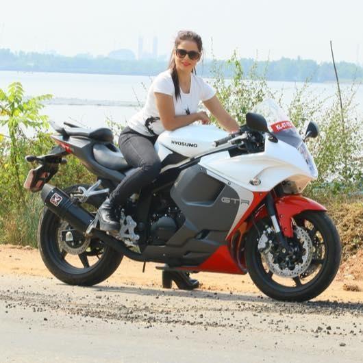 217 km h hyosung 650 gtr plus rapide qu 39 une triumph speed triple 1050 motorcycles. Black Bedroom Furniture Sets. Home Design Ideas