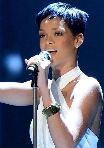 Rihanna se atrasa três horas para evento em escola infantil   Papelpop Conteúdo - Yahoo! TV