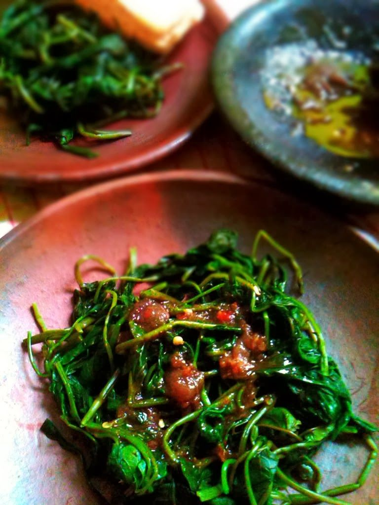 Tekstur kangkung yang crunchy, disiram sambal brambang asem dengan perpaduan rasa manis, asam ...