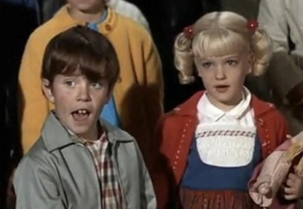 """""""The Brady Bunch"""" — Dog House Love: Age is just a number & acting is just a mindset. Even though 'Cindy' & 'Bobby' were young step-siblings on the show, that didn't stop the pair from enjoying each other's company. Susan Olsen & Mike Lookinland, both 9, would have random make-outs in Tiger's doghouse. Of all places! #bradybunchhouse"""