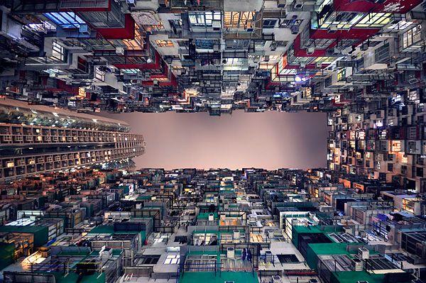 """Regarder vers le Haut c'est pas mal non plus ... Dans son projet """"Horizons Verticales"""" le Photographe Romain Jacquet Lagrèze nous perturbe car plutôt que de prendre en Photo ce qu'il a en face de lui, il s'est intéressé à ce qu'il y avait au dessus de sa tête. En regardant ses Clichés, on se croirait presque dans une autre Dimension ... mais non, c'est la vue que l'on a du bas des Bâtiments de Hong Kong."""