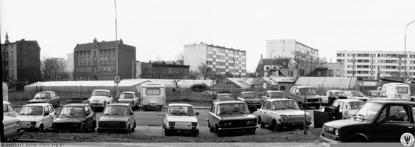 ul. Kwiatowa .Widok od strony brązowego bloku Obornicka- nieparzyste. Ogrodnictwo jeszcze pracuje pełną parą .Ciekawe auta na parkingu.