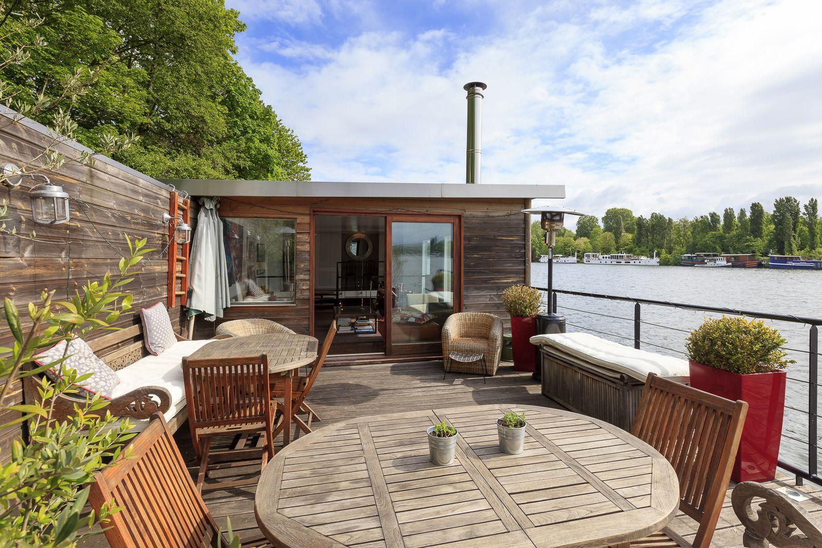 pr s de paris peniche d 39 environ 210 m avec une terrasse de 35 m r nov e dans un esprit loft. Black Bedroom Furniture Sets. Home Design Ideas