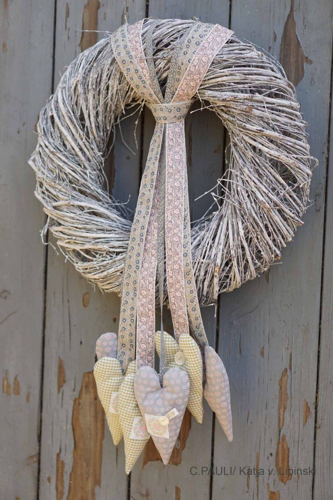 Photo of Sewing blog: Simply make your own door wreath from vine wreath, ribbons and hearts