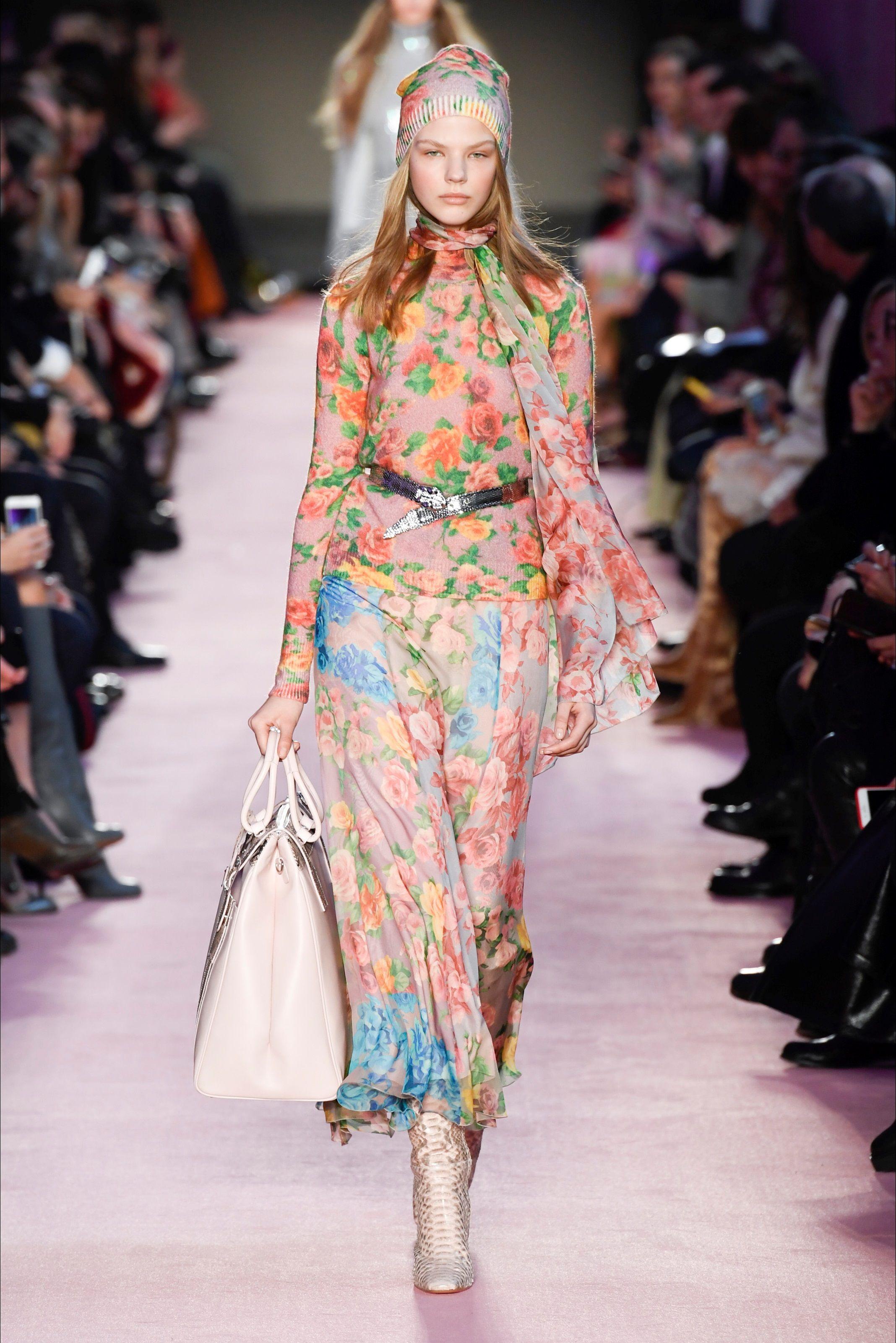 Guarda la sfilata di moda Blumarine a Milano e scopri la collezione di abiti  e accessori per la stagione Pre-Collezioni Autunno-Inverno 2018-19. 66076969cbd