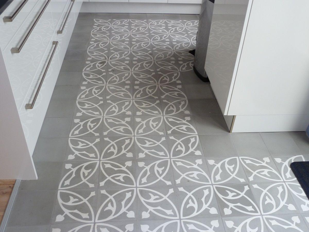 Keuken Tegels Portugese : Wit met grijze mozaiek tegels op de keukenvloer of een andere kleur