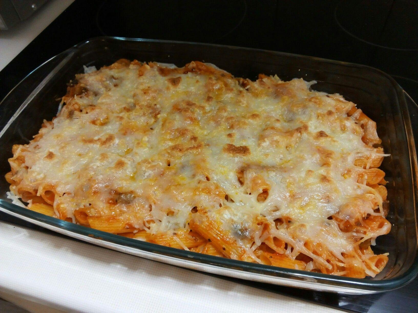 Macarrones boloñesa gratinados al horno 100% #vegano  RECETA Sofreír ajo, cebolla, pimiento y champiñones en un poco de aceite de oliva y condimentar con jengibre en polvo, sal y pimienta molida. Una vez listo, añadir tomate frito con albahaca y orégano. Mezclar con los macarrones cocidos previamente. Disponer en una fuente para horno, repartir queso rallado para pizza Vegano y gratinar hasta que dore en el horno.