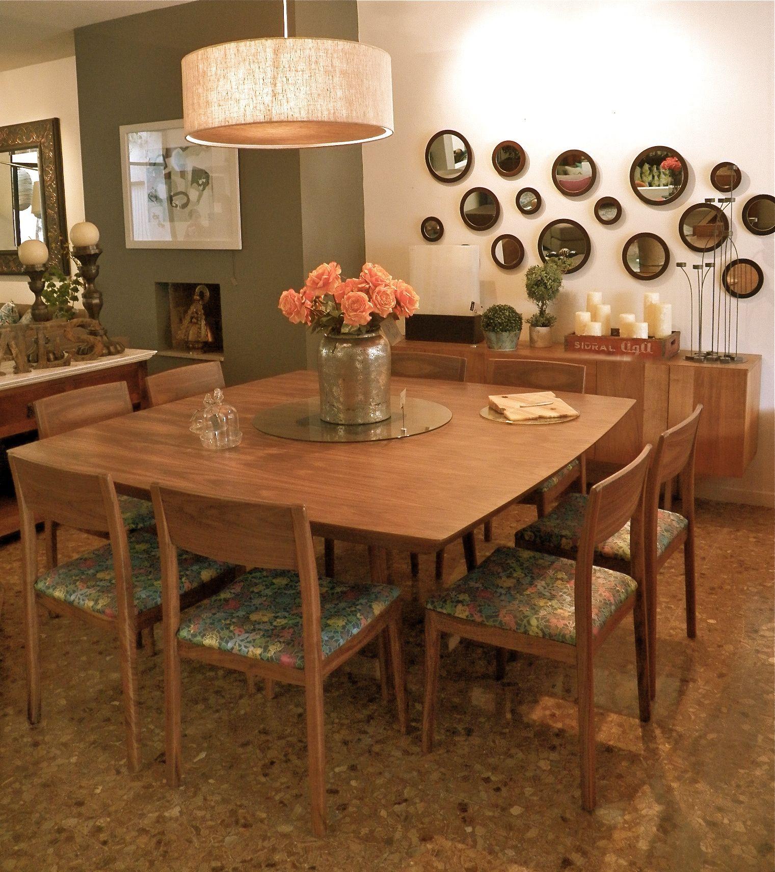 edor en madera de tzalam con sillas tapizadas en una tela retro