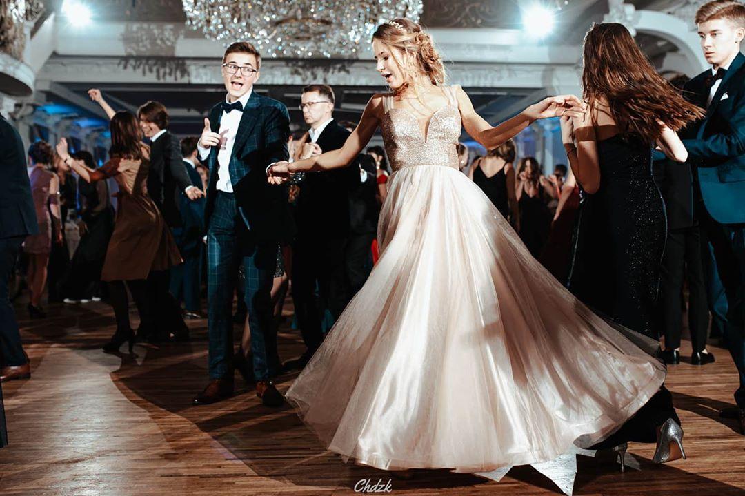 Niech żyje bal!...Niech żyje bal!  .  .  .  .  .  #instablog #highheels #laughing #waiting #analog #instalook #relationship #happyme #fotografie #igmasters #beautifulgirls #fashiondesign #photographyeveryday #niceday #dslr #light #nikon #instamood #photophabryka #model #mood #fashion #repo #reporter #street #streetphotograpy #weddingphotography #l4l #f4f #c4c
