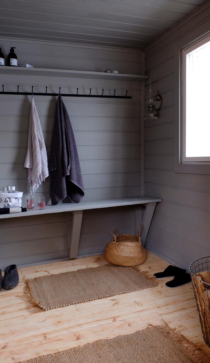 Pienen mustan mökin ihana sauna – malttaisiko tuosta ollenkaan siirtyä löylyihin? Yksiväriset räsymatot sopivat vaalean lautalattian kanssa yhteen täydellisesti. Tyylikäs, kaunis ja kuitenkin kodikas tila. #sauna