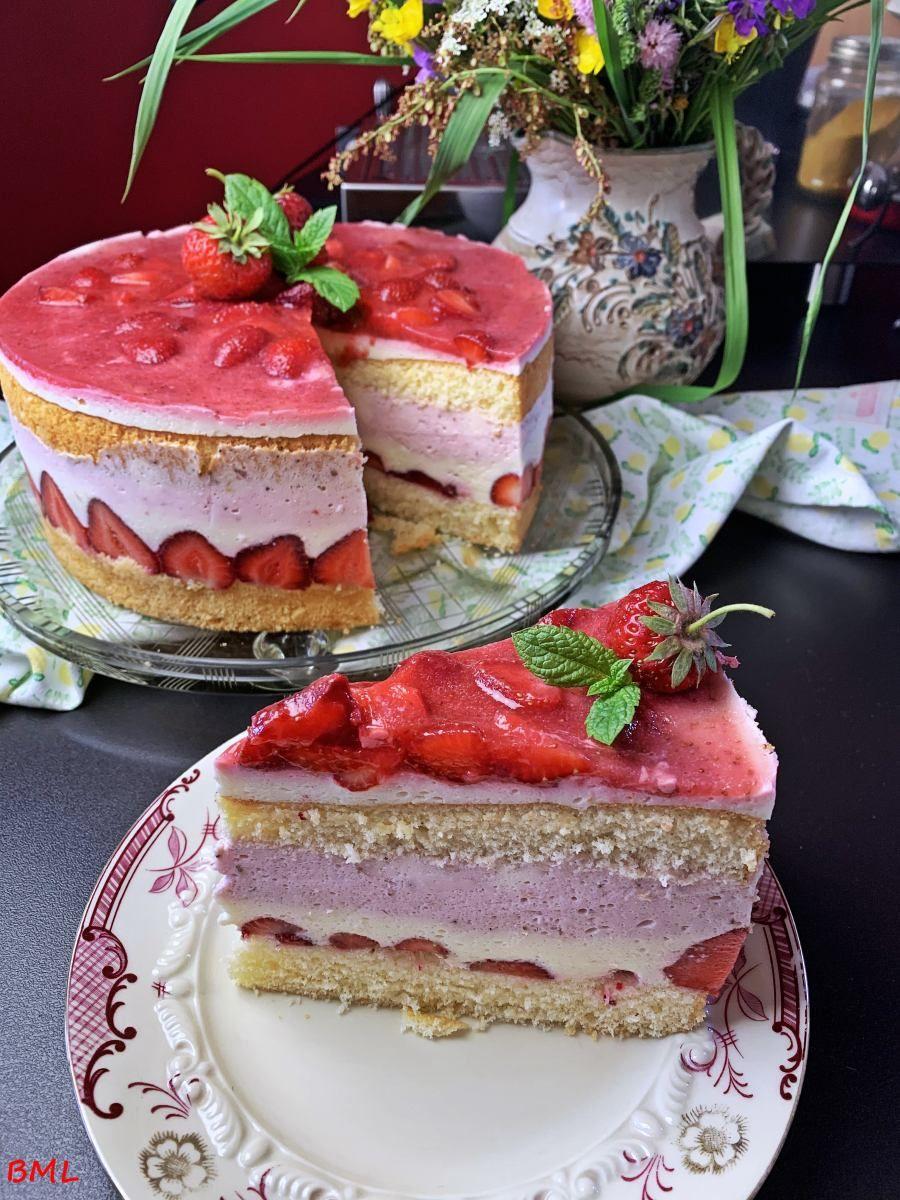 Kasesahne Torte Mit Erdbeeren Fruchtig Lecker Erfrischend In 2020 Kuchen Und Torten Rezepte Lecker Kuchen Und Torten