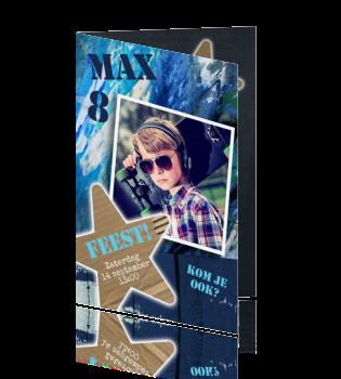 Jullie zoon wil een feestje? Nodig al zijn vriendjes uit met deze super stoere graffiti uitnodiging die hij zelf heeft gemaakt! Stoere uitnodiging voor een kinderfeestje van een jongen. Met donker en licht blauwe graffiti, eigen zelf gemaakte foto en stoer krijtbord aan de binnenkant. Stoer kaartje van Luckz.