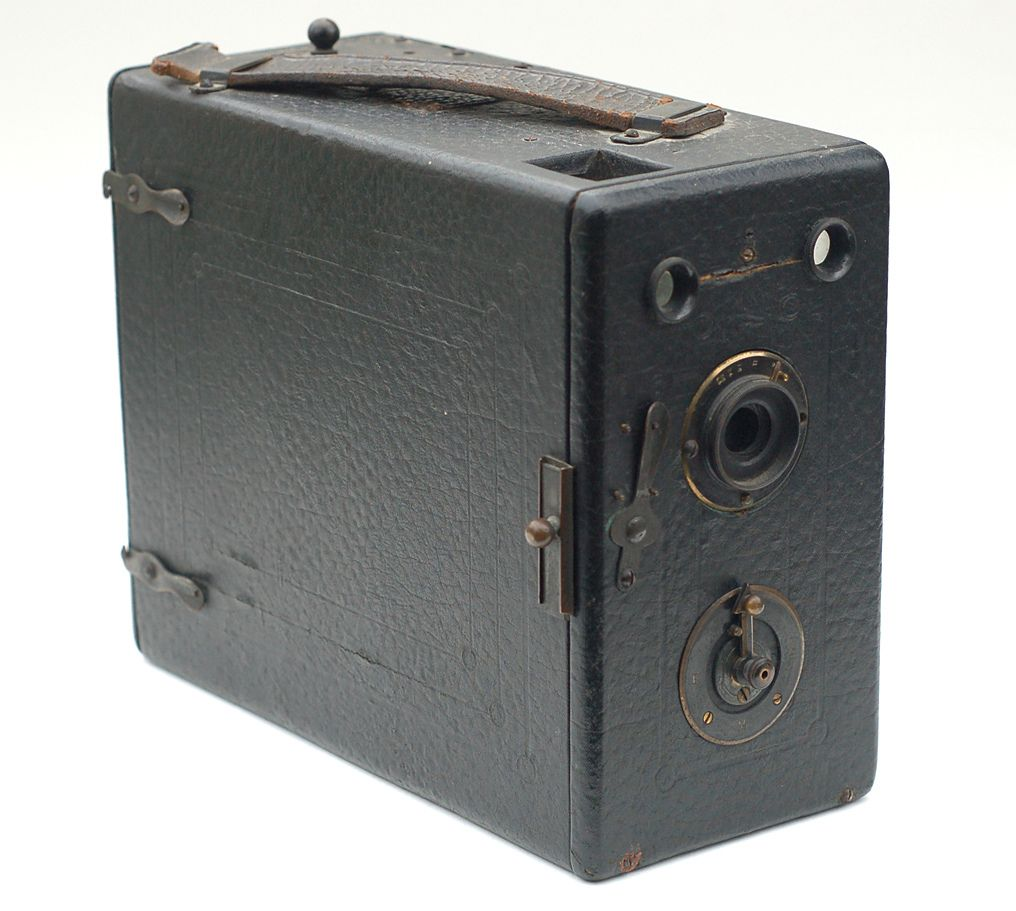 """Griffiths camera, possibly the """"Cyclist""""  Having had no luck with my few resources, a precise identification of this camera eludes me.  I do know it is a quarter-plate magazine camera, made in England by Walter Griffiths & Co. Ltd. and that Griffiths was in business from 1891 until 1901."""