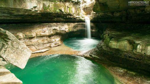 """Sull'Appennino tosco-romagnolo, nell'alta valle del fiume Rabbi, abbiamo scoperto questa meraviglia della natura, la chiamano """"Grotta Urlante"""" - fotogramma del timelapse #grotta #cascata #fiume #viaggi #toscana #italia #Italy"""
