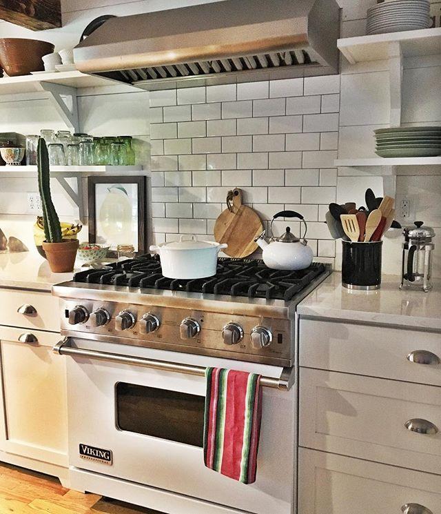 White Cottage Style Interiordesign: White Subway Tile + Open Shelving