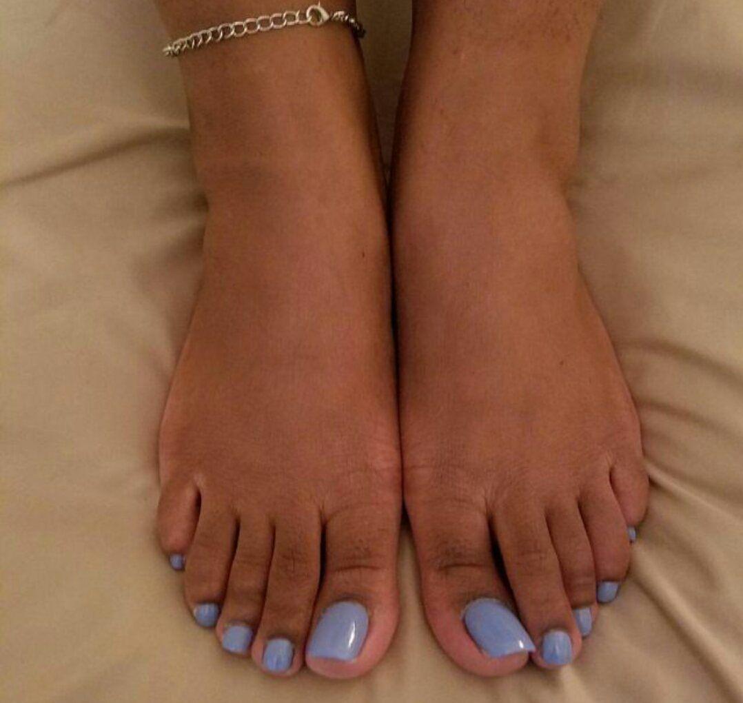 schwarze Frauen Füße und Zehen