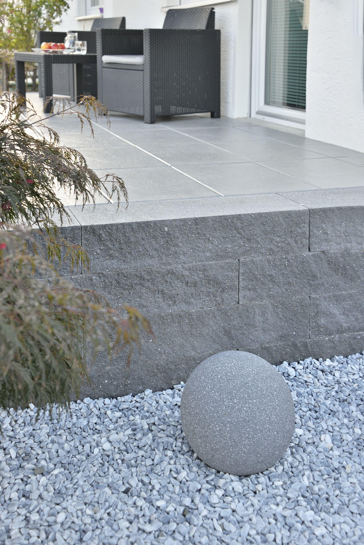 Niedrige Mauer auf Terrasse in Schieferoptik #smallbalconyfurniture