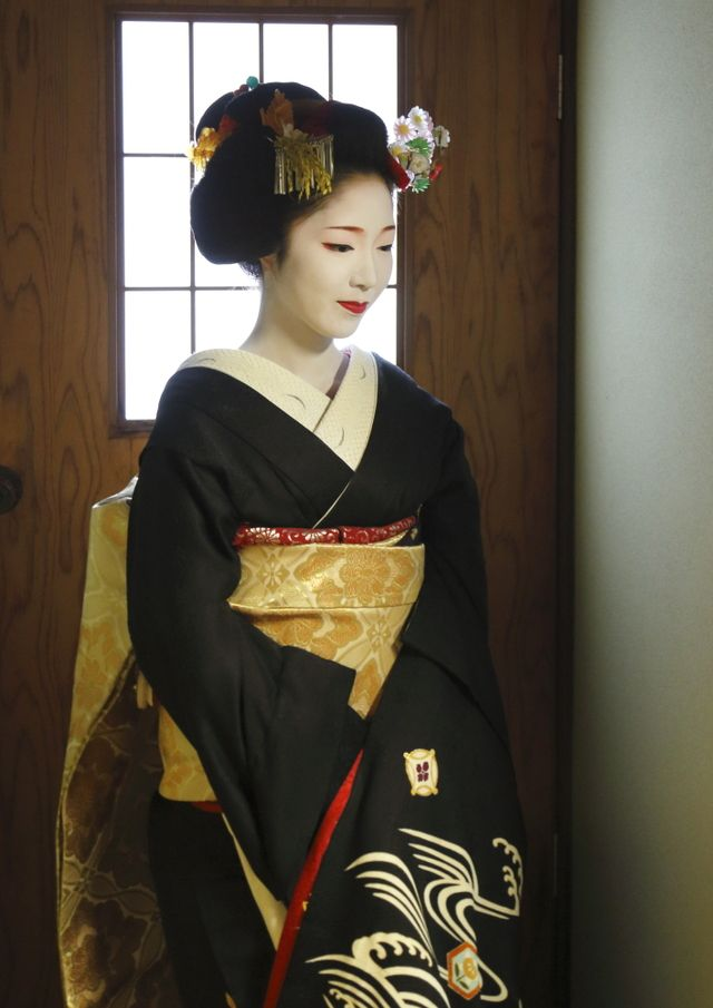 Toshikana dressed formally for the New Year (SOURCE)She's now a famous geiko in Miyagawacho!