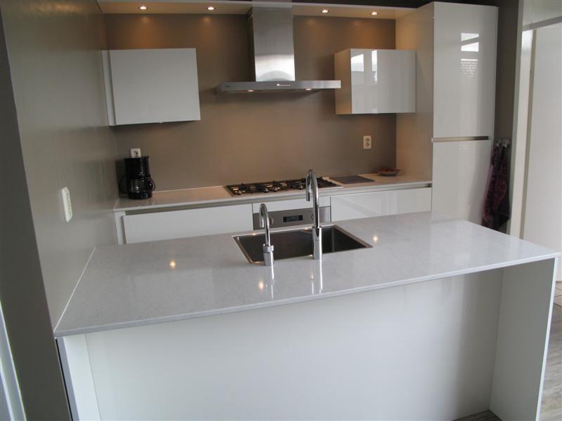 Mooie greep loze keuken met wit composiet werkblad en