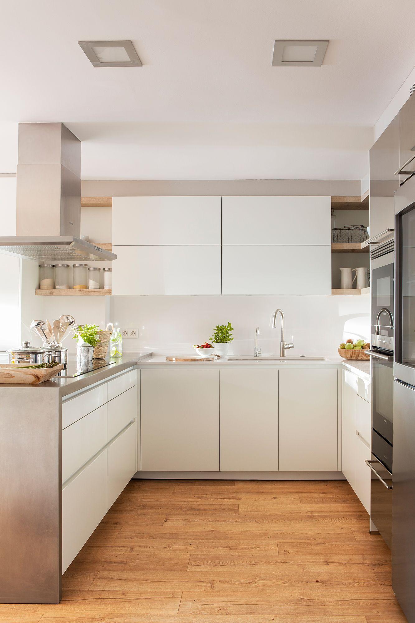Cocina con muebles en blanco y suelo de madera_ 00429330 ...
