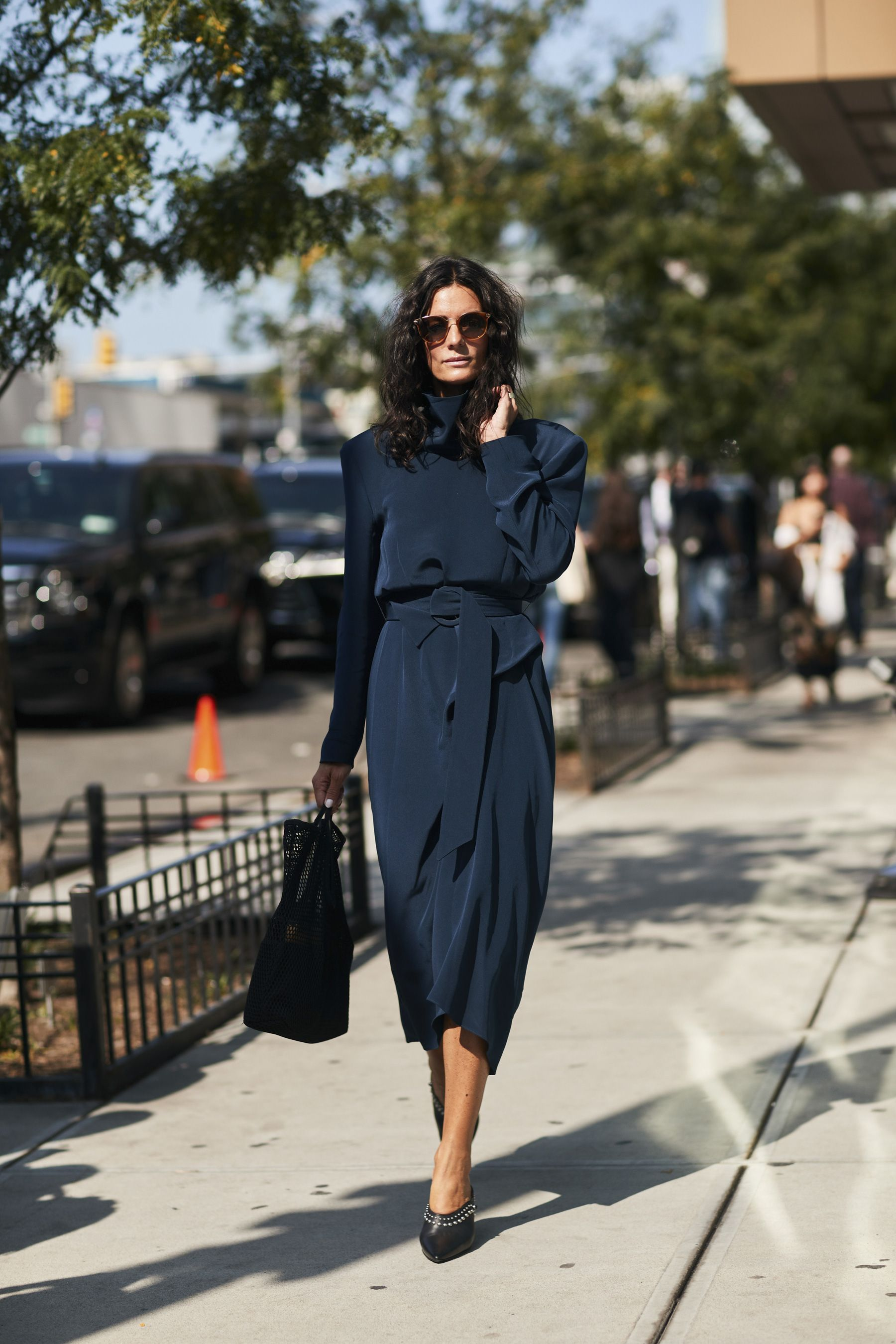f71ad0934c9 Street Style Nueva York - ELLE.es. Navy midi dress+black pumps+black  handbag+sunglasses. Pre-Fall Dressy Casual Outfit 2017