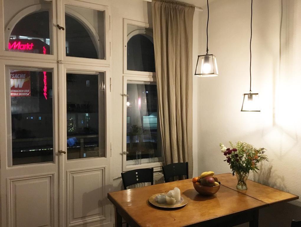 Gemütliches Neuköllner Esszimmer mit großen Fensterfronten - esszimmer berlin