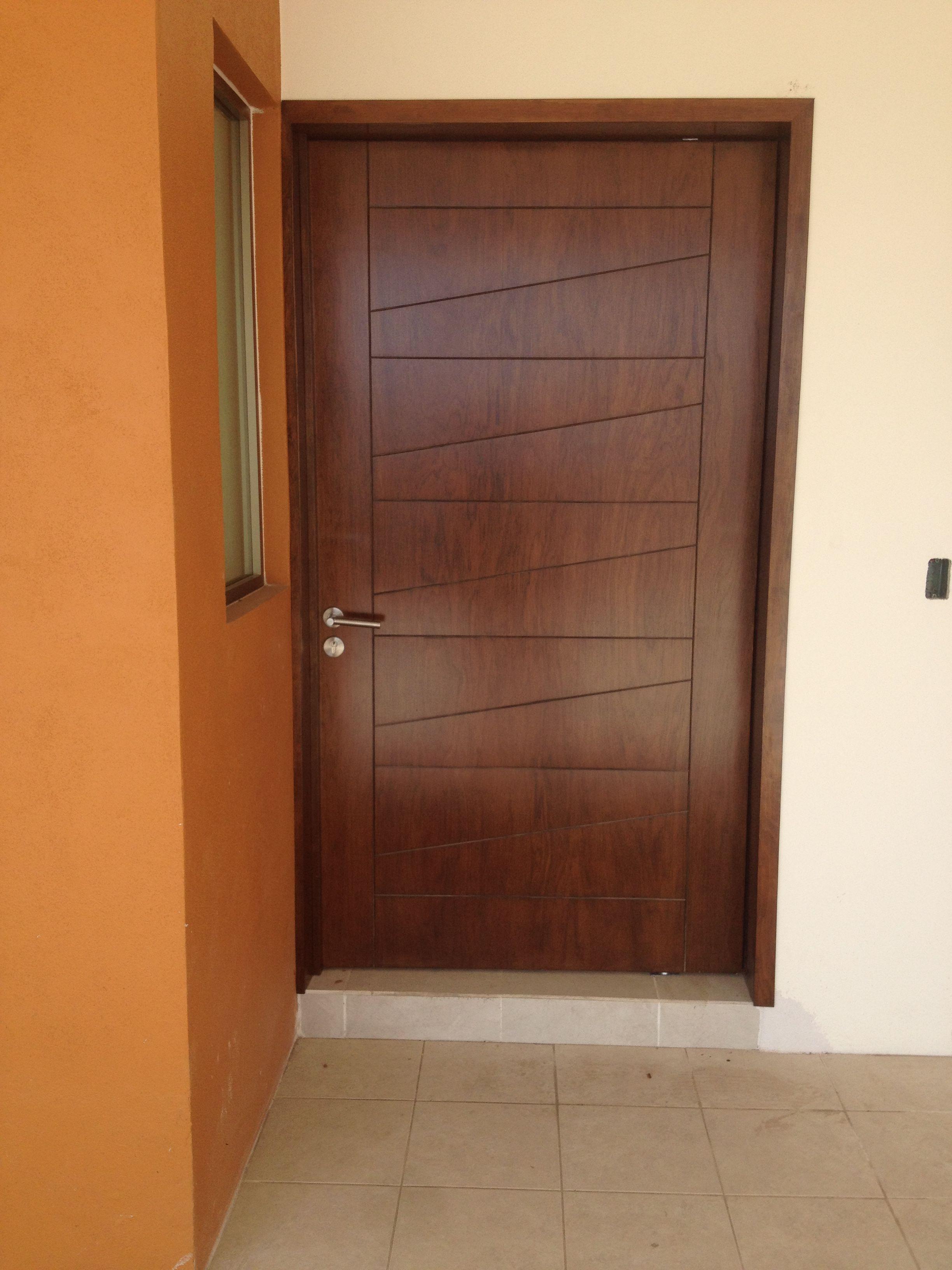 Puerta en pino con caobilla en color nogal puertas for Puertas color pino