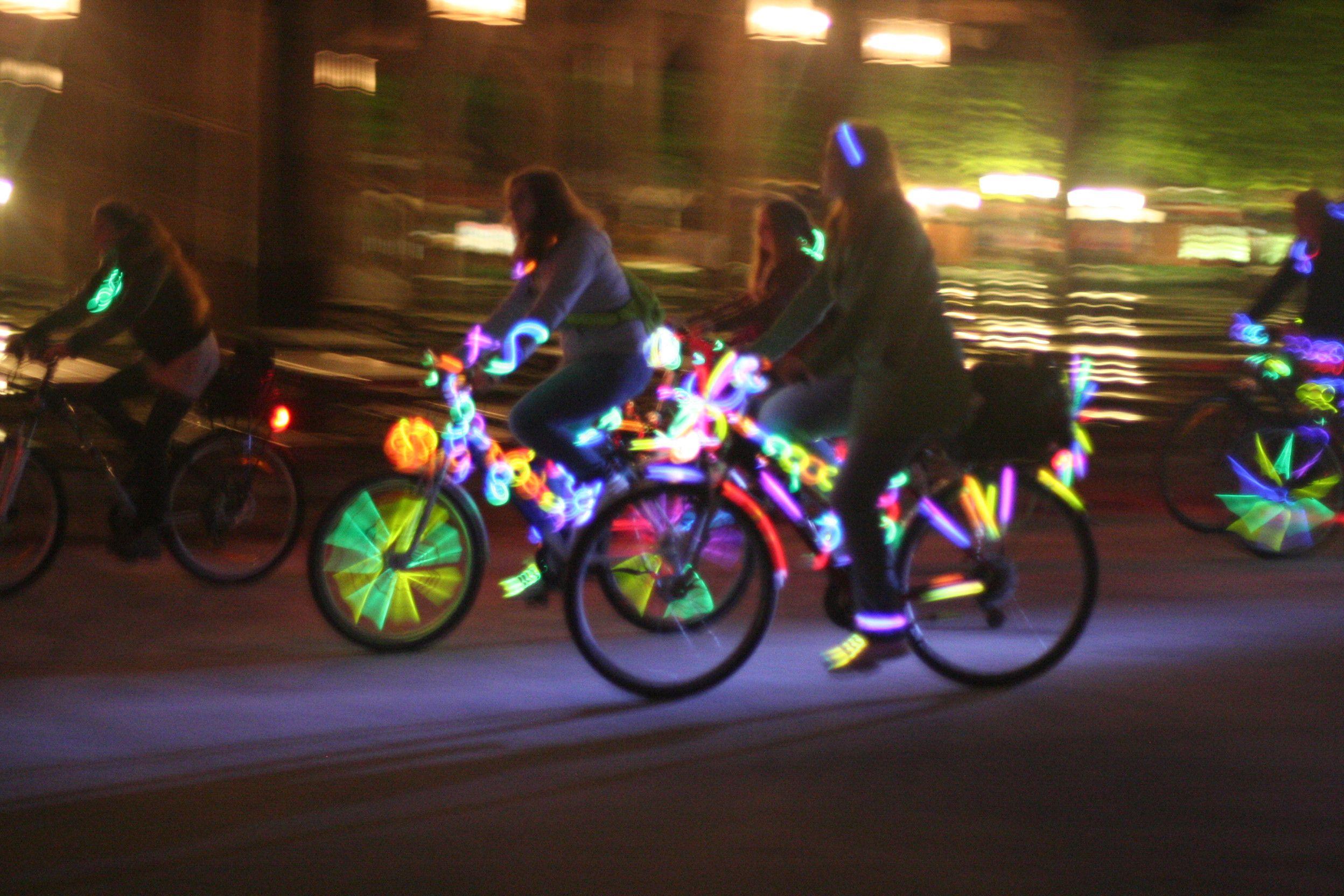 Die Uralte Tradition Des Munchner Leuchtradln Erlebt Eine Neue Leuchtblutezeit Dank Spontacts Bayern Munchen Leuch Leuchten Englischer Garten Radeln