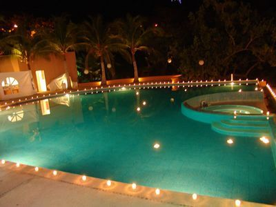 Velas en la piscina decorar con velas pinterest en for Velas flotantes piscina