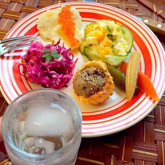 """Olivier salad・Сала́т Оливье́ サラート・オリヴィエ(オリヴィエ・サラダ)  多くの国で「ロシア風サラダ」と呼ばれ、ロシアの家庭では、お正月をはじめ、祝日の食卓に欠かせない一品。  Pickled cabbage of Dill flavor・солёная капуста サリョンナヤ・カプスタ(ロシア風細切りキャベツ漬けディル風味)  ロシアのピクルスは、お砂糖やお酢を使用しない塩漬けを発酵させたもの  blini・Блины&&salmon roe・икра ブリヌィ(ロシア風のクレープ)とイクラ 野菜のピクルスと余り物で一品レバーペー - 67件のもぐもぐ - wait a moment☝""""ちょっとこれで待っててねЗакускиZAKUSKIザクースキ by Ami"""
