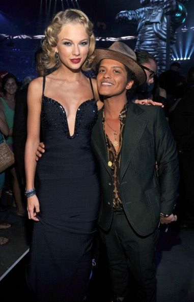 Haha He Is On His Tip Toes Bruno Mars Tall Girl Celebrities