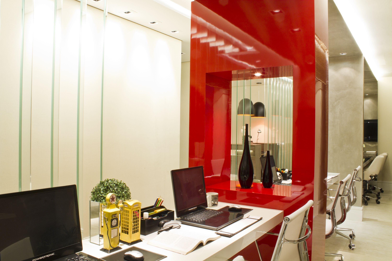 Agência de Publicidade, destaque para a divisória em laca vermelha. - Camila Klein  Arquitetura e Interiores.