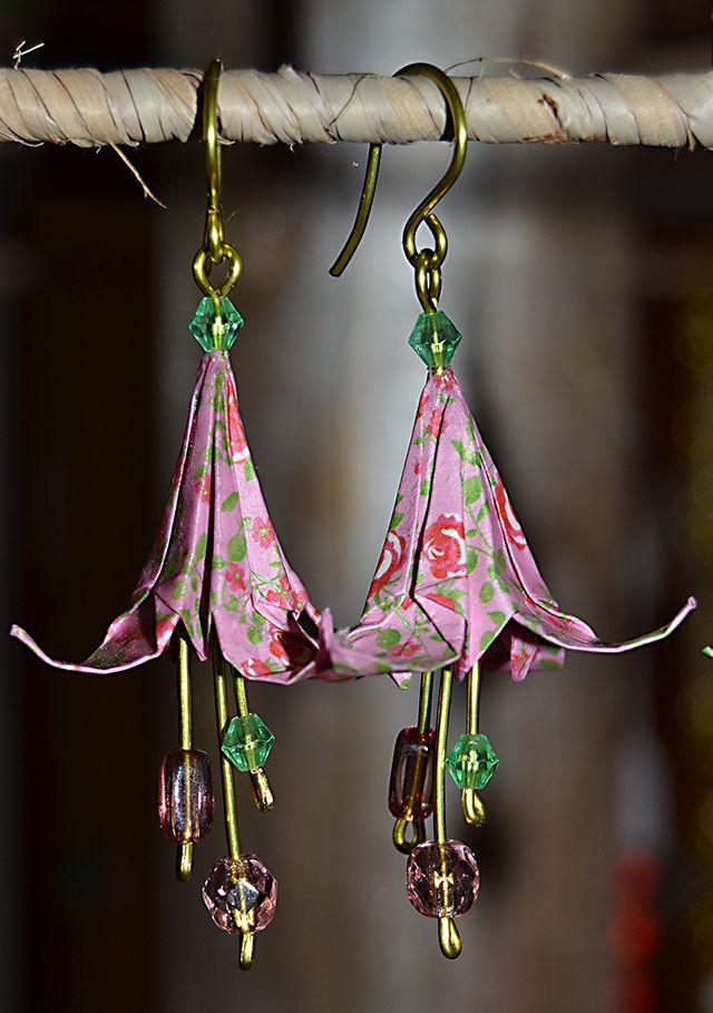 Photo of Boucles d'oreilles en origami,  fleurs roses et vertes