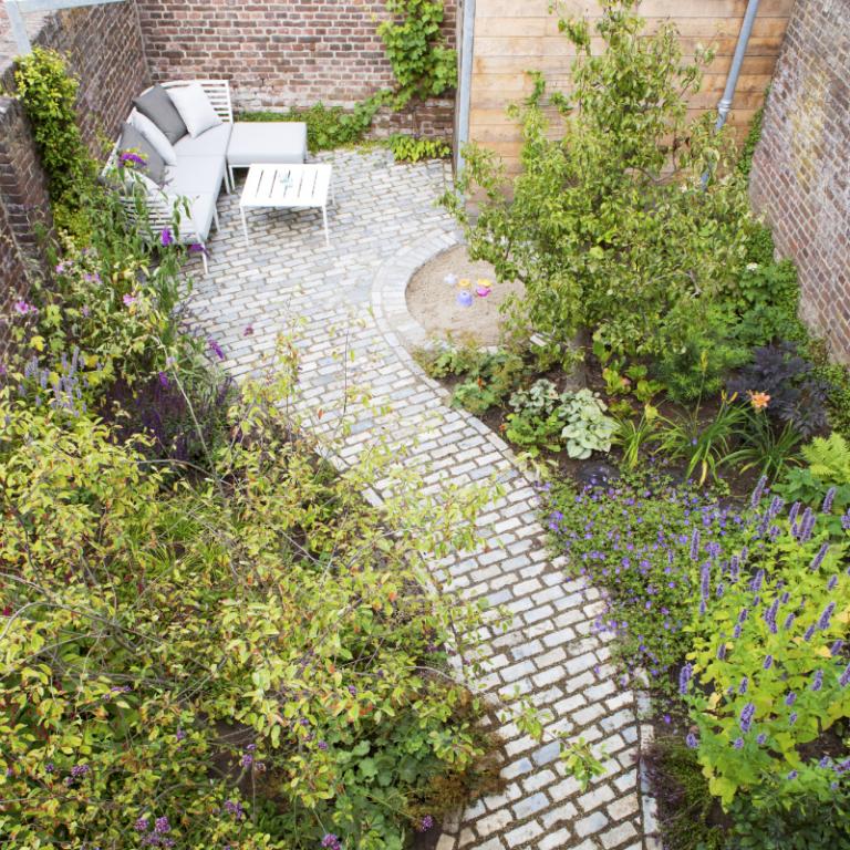 Kleine tuin in roermond tuin tuin ommuurde tuin en for Tegels roermond