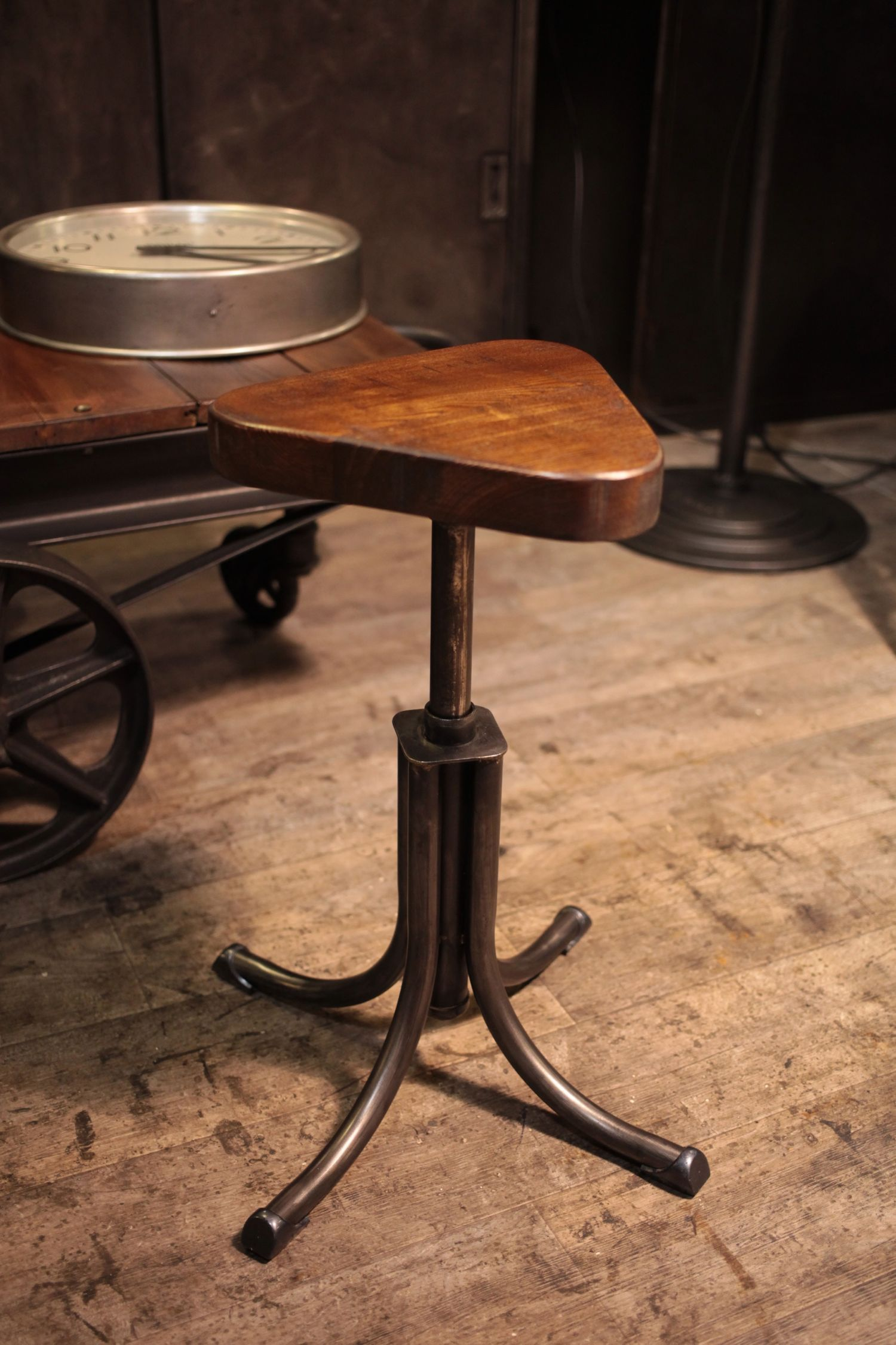 Atelier Du Luminaire Toulouse meuble industriel ancien tabouret d'usine deco loft (met