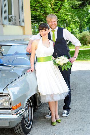 rock ´n roll Brautkleid mit Petticoat und Neckholder, grüber Gürtel mit grünen und gelben Knöpfen, kleiner Fascinator mit Netz und Knöpfen