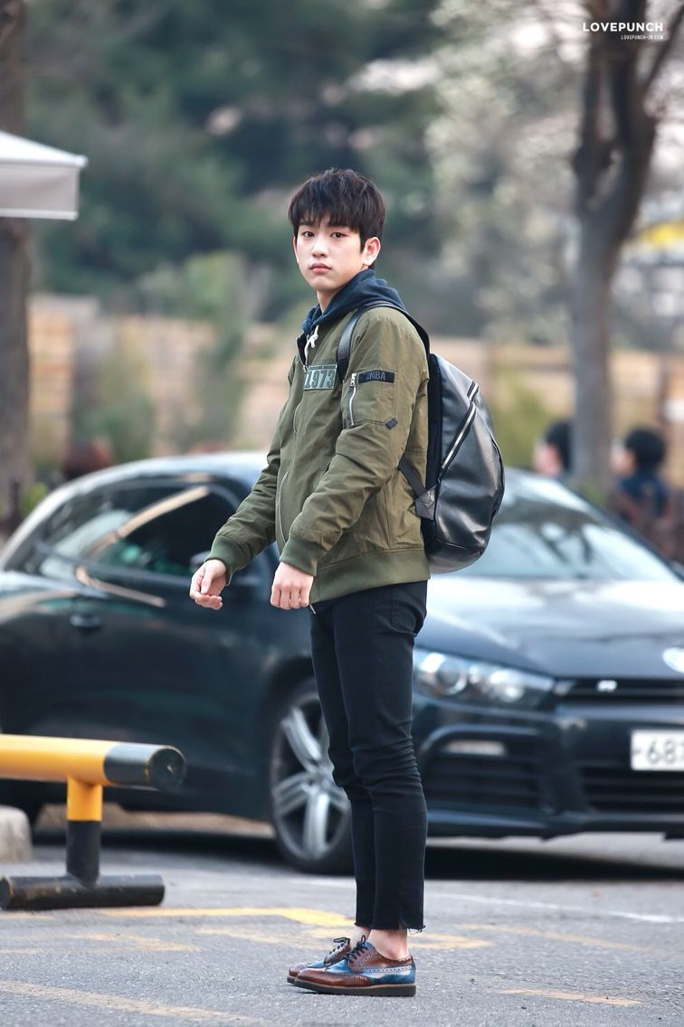 160325 Jinyoung looks so lost haha