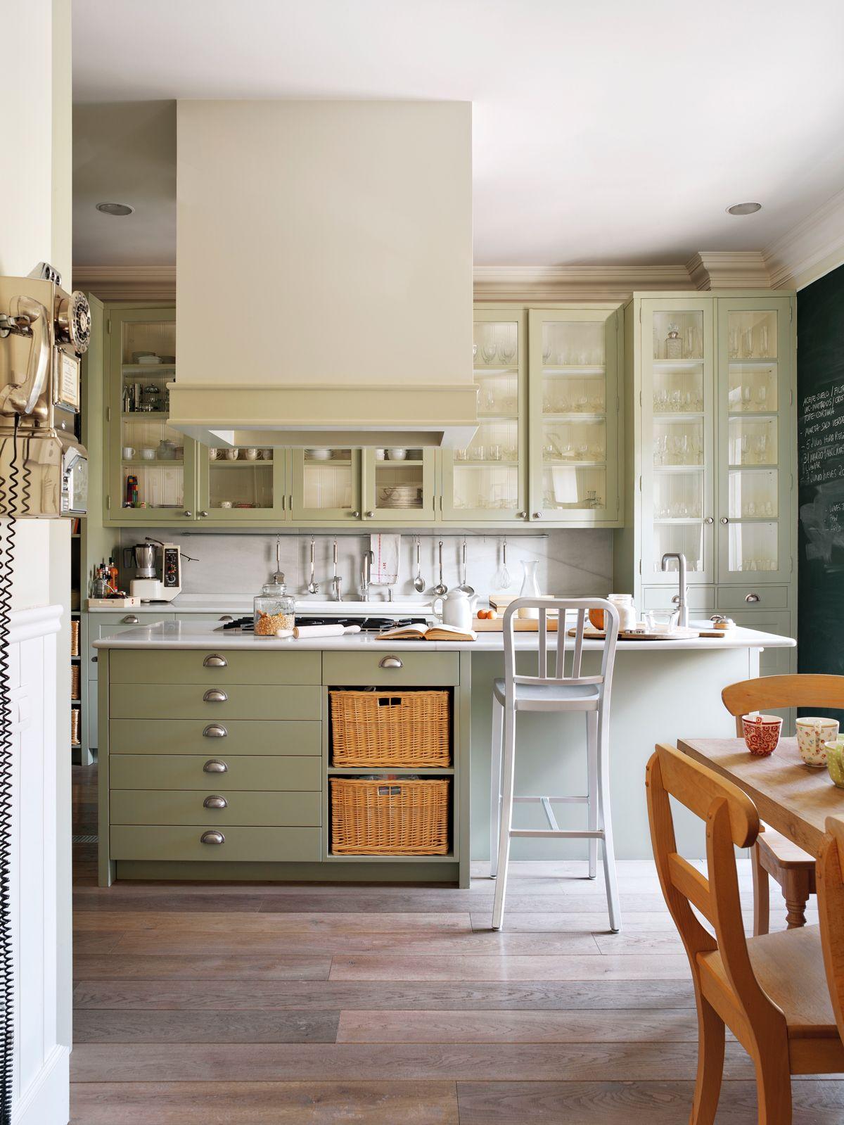 Cocina con mobiliario verde oliva y campana de obra (00379407 ...