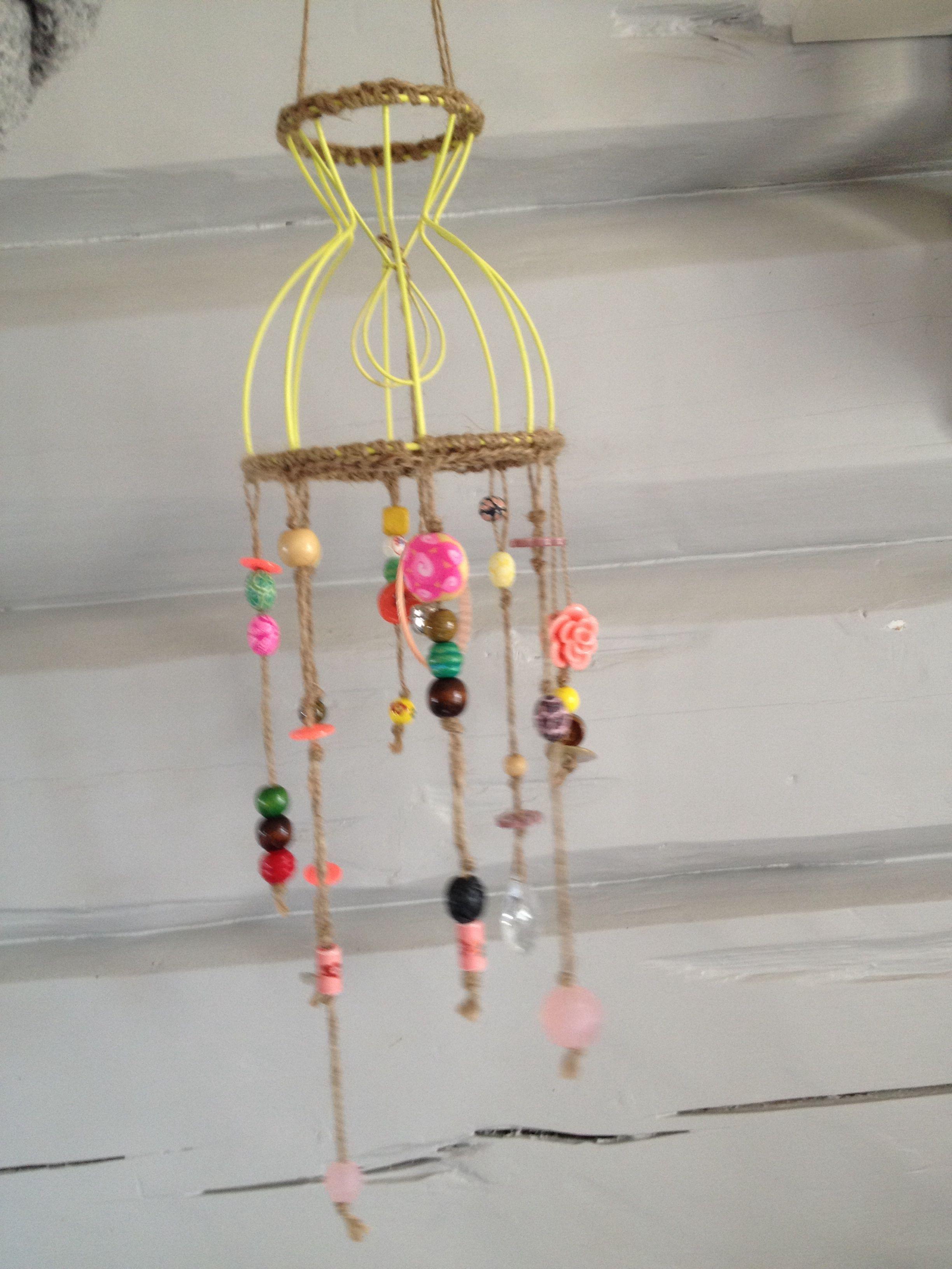 Fargelagt uro med knapper, perler og småting.