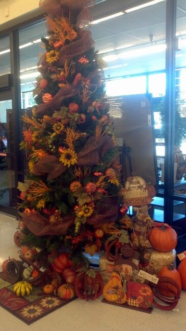A fall/Thansgiving themed tree... for those who like to put their tree up early. You cou…   Fall ...