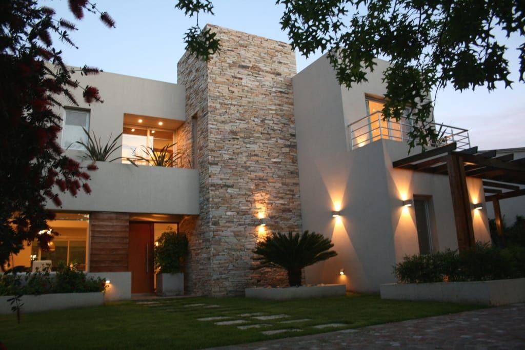 Casa De Dos Pisos Moderna Y Fantastica Homify Homify Casas De Dos Pisos Disenos De Casas Fachada De Casas Mexicanas