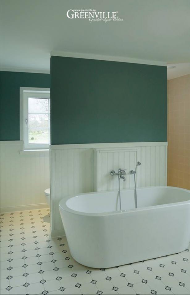 Amazing Englisches Bad. Sträublumen Auf Den Fliesen, Halbhohe Paneele Und Eine  Grüne Wand   Ein