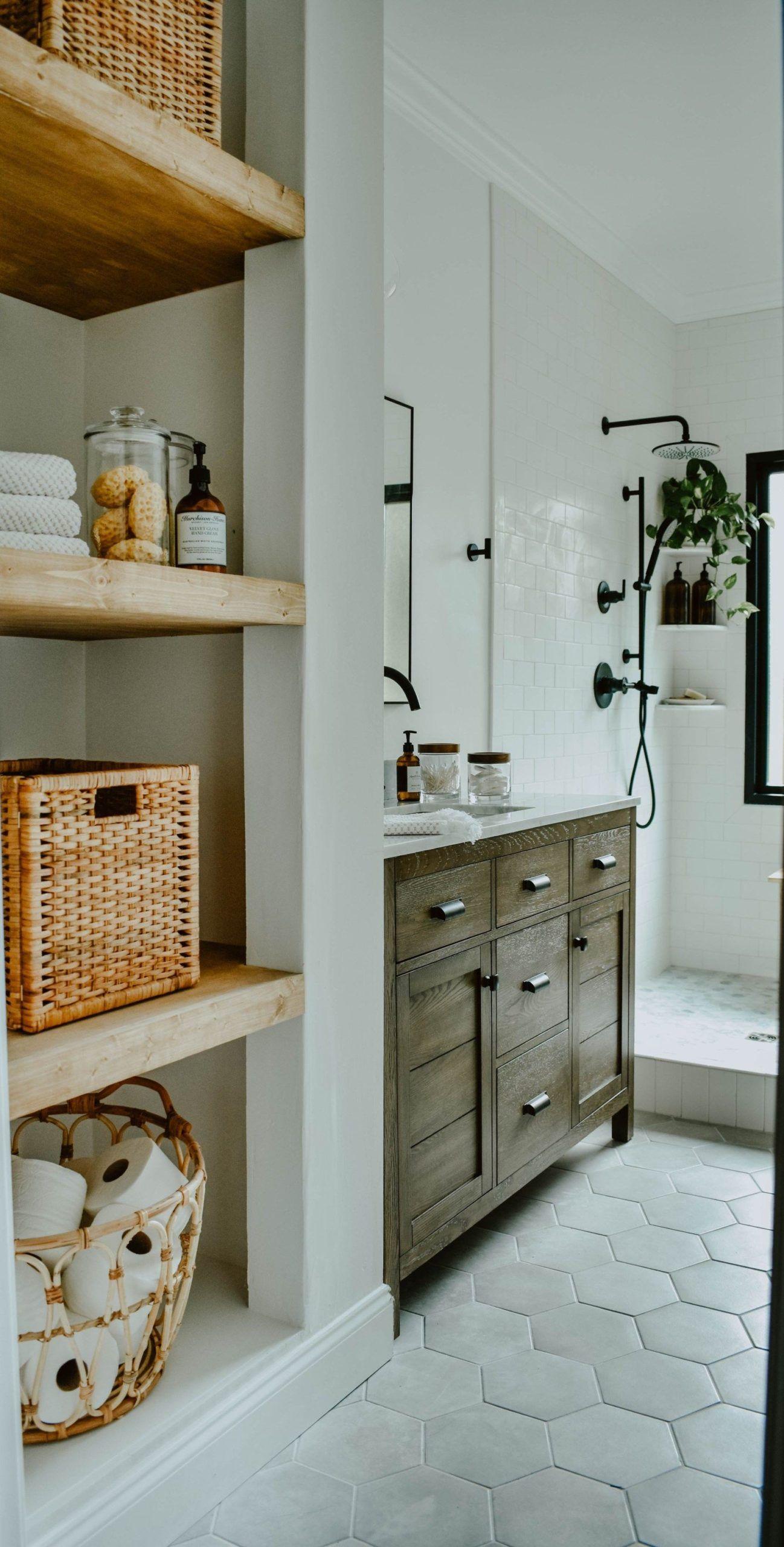 Wie Man Einen Wascheschrank In Ein Offenes Regal Verwandelt Haus In Der Longwood Lane So Verwandeln Sie Eine In 2020 Badezimmer Gestalten Offenes Regal Badezimmer