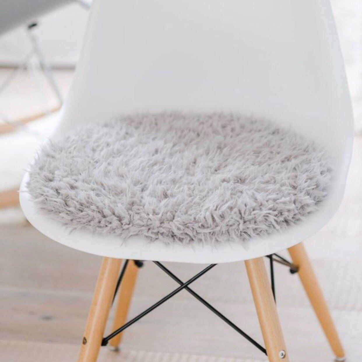 Sitzkissen Für Eames Chair In Hellgrauem Kuschelfell Etsy Sitzkissen Eames Kissen