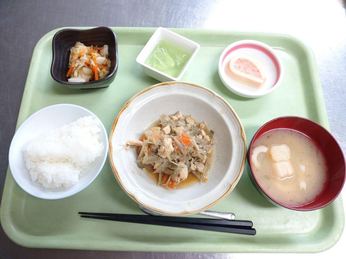 ごはん、味噌汁、鶏とごぼうの旨煮、高野豆腐のはさみ煮、白菜昆布和え、青りんごゼリーでした!