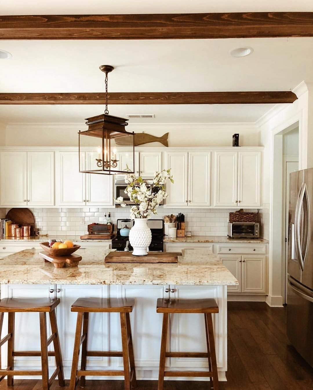 Farmhouse Kitchen Style How Inviting Is This Kitchen I Just Want To Bake In It The Clean Lines And W Kitchen Renovation Home Decor Kitchen Country Kitchen
