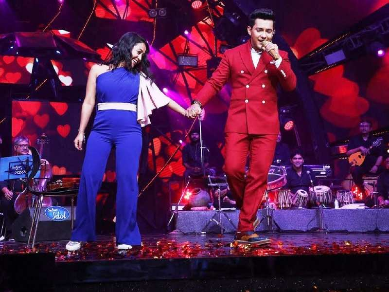 Neha Kakkar Receives A Gajra From Aditya Narayan And Are